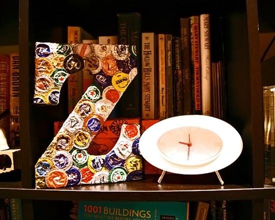 Letra de madeira decorada com tampinhas de garrafa