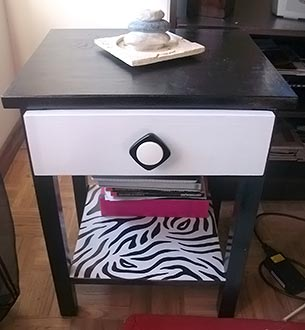 Pintura e adesivo de zebra no criado-mudo