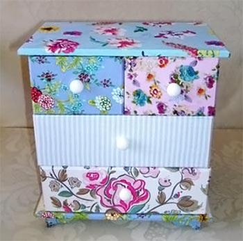 Pequeno gaveteiro decorado com tecidos