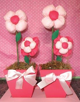 Vasinhos com flores de fuxico para decorar