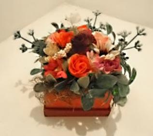 Flores artificiais em arranjos artesanais