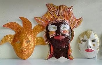 Máscaras em papel machê