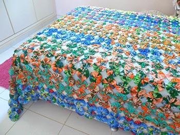 Fuxicos bem grandes na colcha de cama