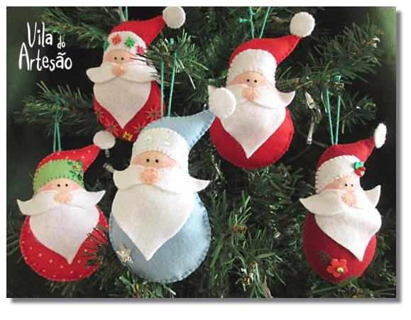 Árvore de natal com enfeites Papai Noel em feltro