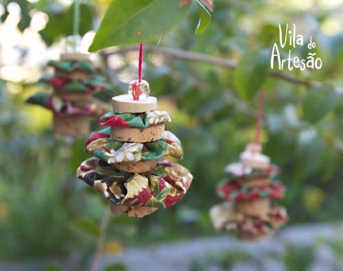 Enfeite com rolhas e fuxicos para árvore de Natal