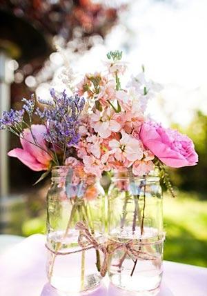 Vidros de conserva com ramalhete de flores