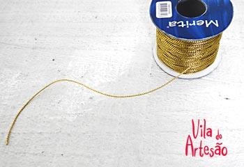 Use cordões dourados para pendurar