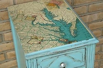 Decupagem de mapa em móvel de madeira