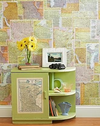 Mapas colados na parede, sobrepostos