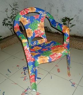 Cadeira de plástico customizada com chitão