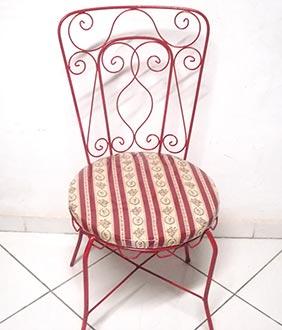 Cadeira de metal novinha em folha