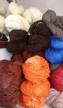 Meadas de lã tingidas naturalmente