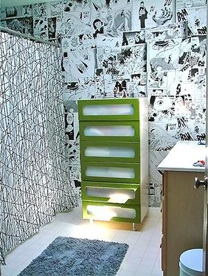 Banheiro e parede de gibis