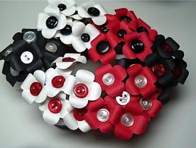 Flores de papel com miolo de botão