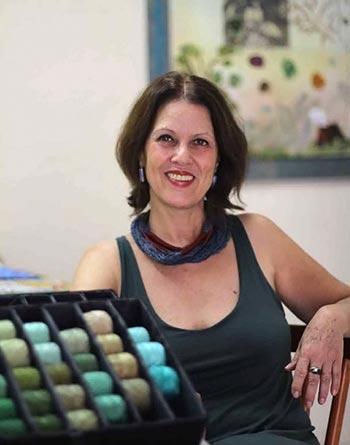 Jaci Ferreira, bordadeira, artista dos fios e linhas
