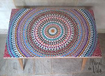 Mesa reciclada com mosaico