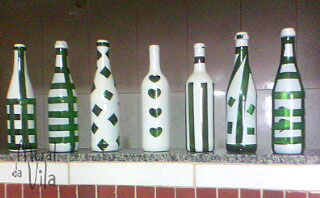 Pintura com stencil nas garrafas decoradas