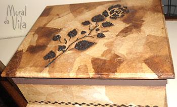 Caixa decorada com filtro e borra de café