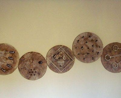 Painel decorado com filtro de café reciclado