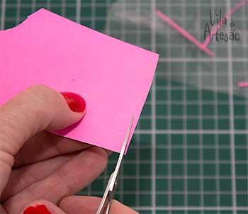 Corte tirinhas de papel colorido