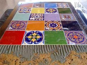 Siga colocando os azulejos na mesa de madeira