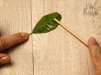 Espalhe a cola pela folha