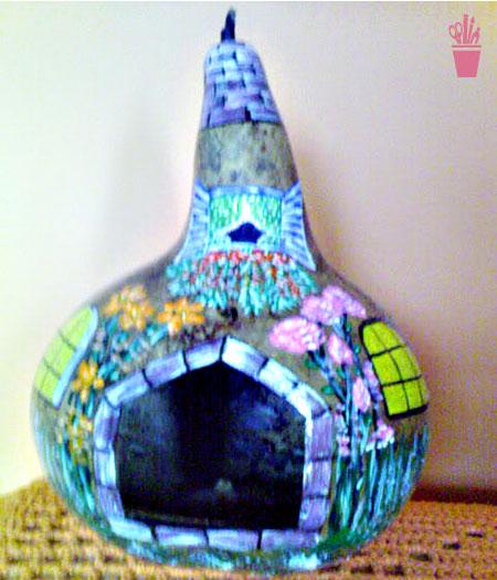 Cabaça colorida simulando casinha de passarinho