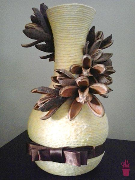 Vaso decorado com sementes secas