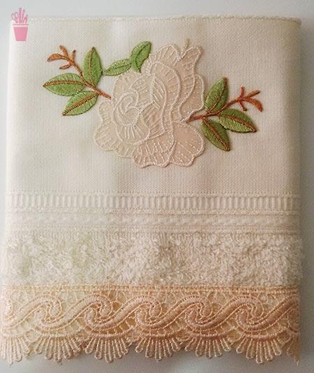 Toalha de lavabo com bordado e renda