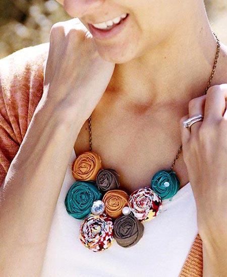 Maxi-colar com flor de tecido enrolada