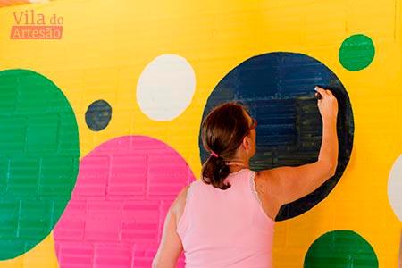 Eu pintando os círculos da lousa