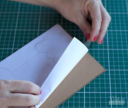 Fixe o molde no papelão