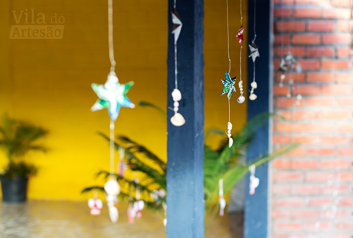 Enfeites para festas de latinha de bebida no espaço decorado