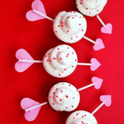 Monte os cupcakes e decore a mesa