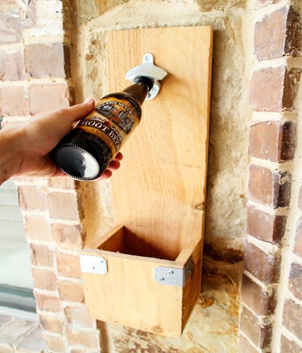 Abridor de garrafas de parede com madeira