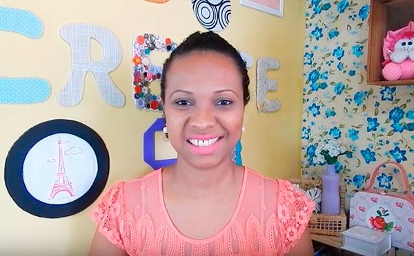 Débora de Souza, artesã da cartonagem