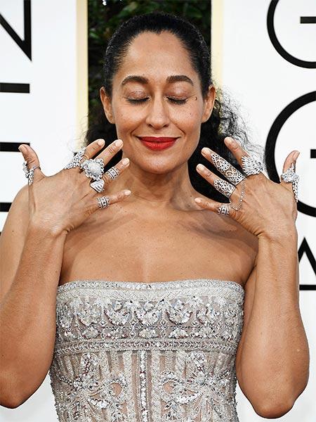Muitos anéis em todos os dedos