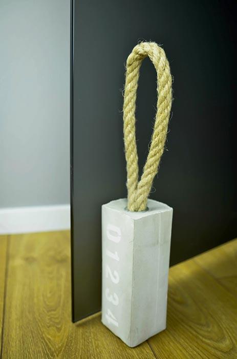 Peso de porta com cimento e corda
