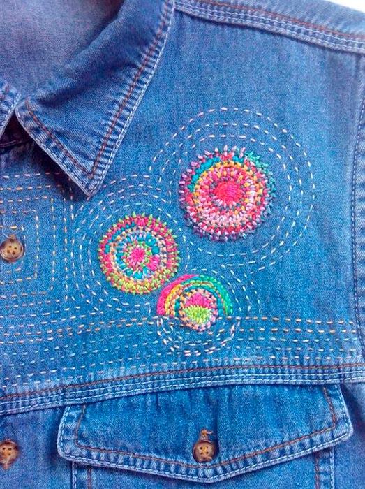Jaqueta jeans customizada com bordado