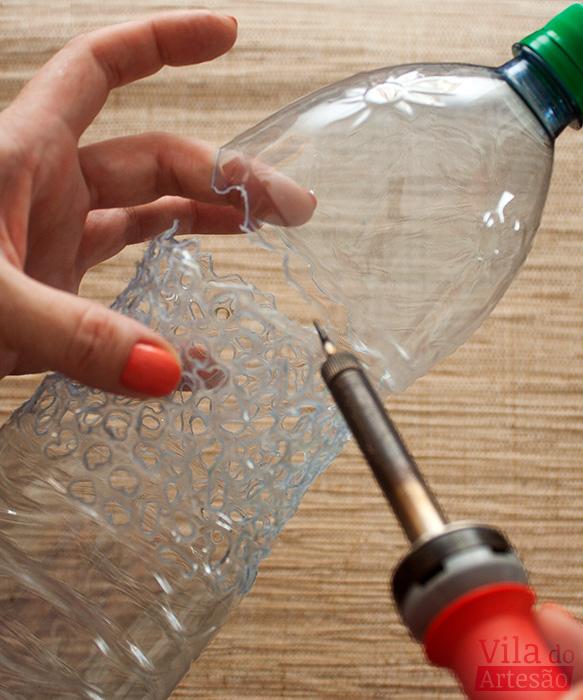 Fure todo o contorno da garrafa pet e retire a parte de cima