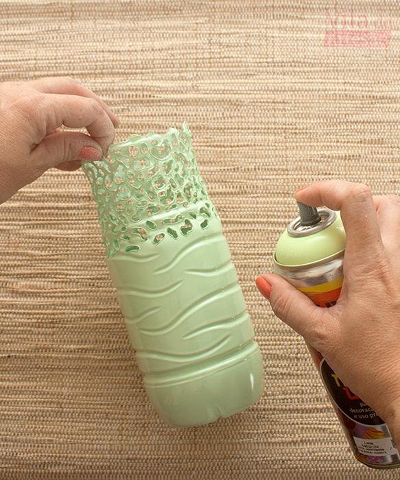 Pinte a garrafa pet com tinta spray esmalte sintético