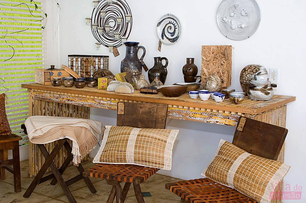 Móveis rústicos e cerâmica paraibana assinada