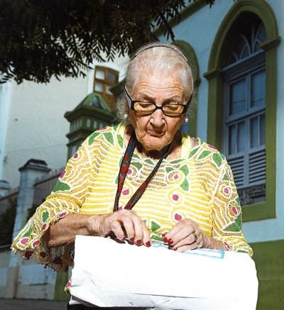 Dona Odete tecendo sua renda