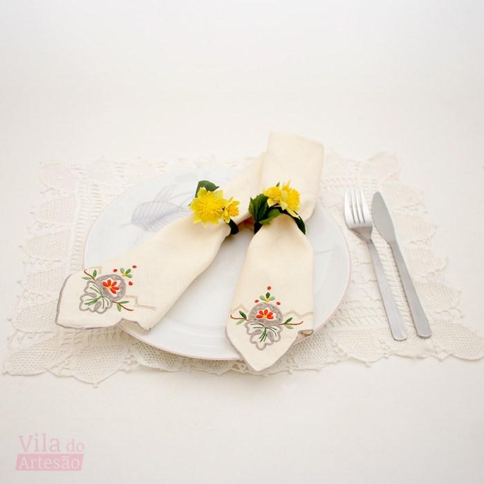 Flores artificias usadas para fazer kits de porta-guardanapos