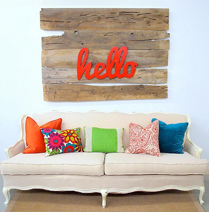 Painéis decorativos - Madeiras em tons crus se tornam painel para a palavra colorida