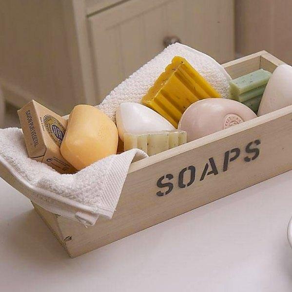 Sabonetes artesanais de diferentes formatos agrupados numa caixa