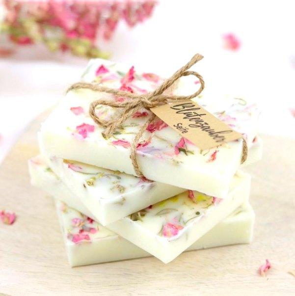 Sabonetes com cera de abelha e pétalas de flores
