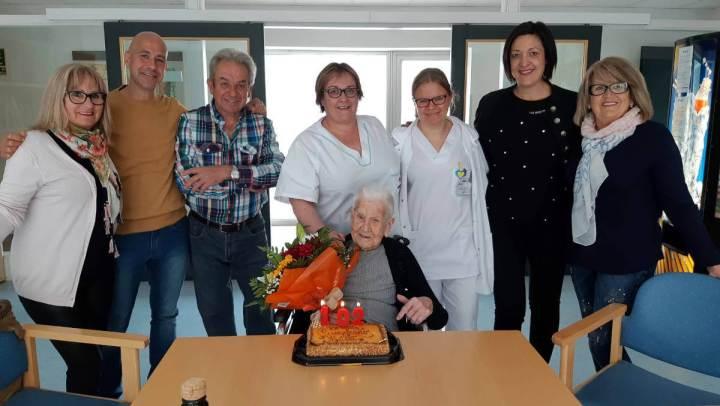 María Luque suma una espelma més al pastís d'aniversari i celebra els 102 anys | FOTOS