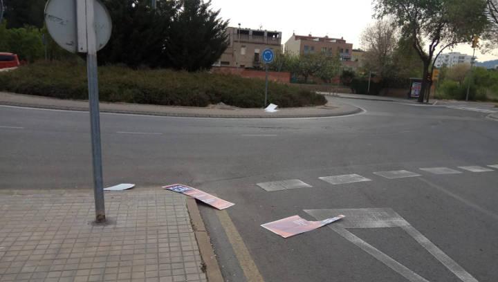 Cartells electorals estripats al carrer