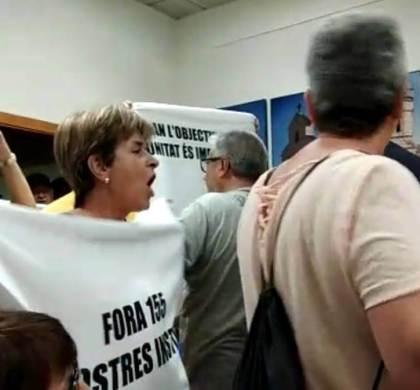 """Els manifestant insulten amb crits de """"fills de puta"""", """"zorra"""" o """"guarros"""" els consellers comarcals de Junts i PSC"""